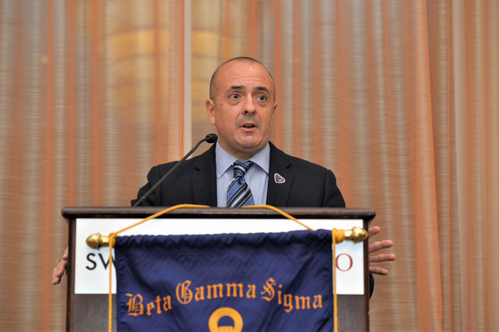 Marketing Professor Al Muniz speaks at Beta Gamma Sigma induction ceremony and dinner